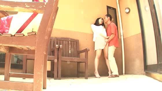 隣に住む美脚な若妻さんを巨根で釣ってみたw玄関先で手マンイカせっw
